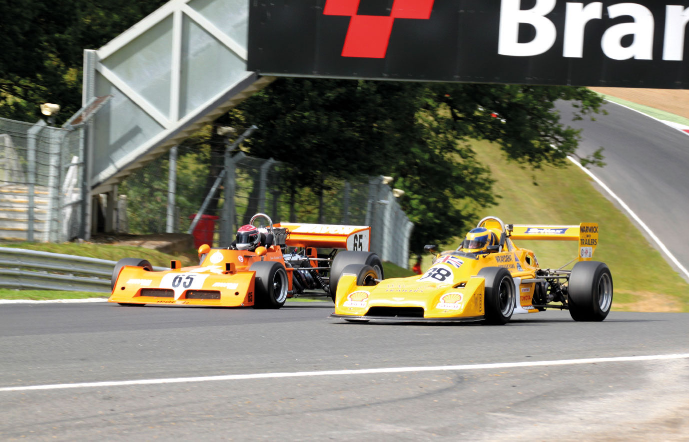 "Brands Hatch Superprix: Der Gesamstsieger ""Derek Bell Trophy"" am Samstag, Jamie Brashaw im March 73 A (Nr. 65, links), überrundet den F3-Chevron B 38 von Hugh Price"
